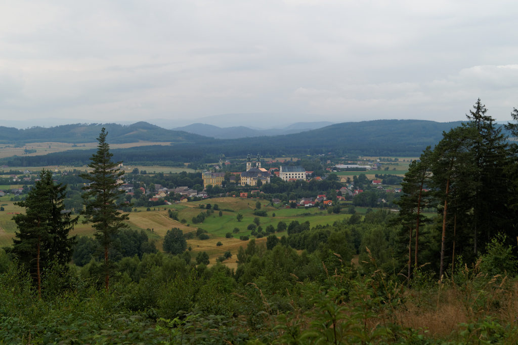 Blick auf die Abtei vom Berg der Heiligen Anna
