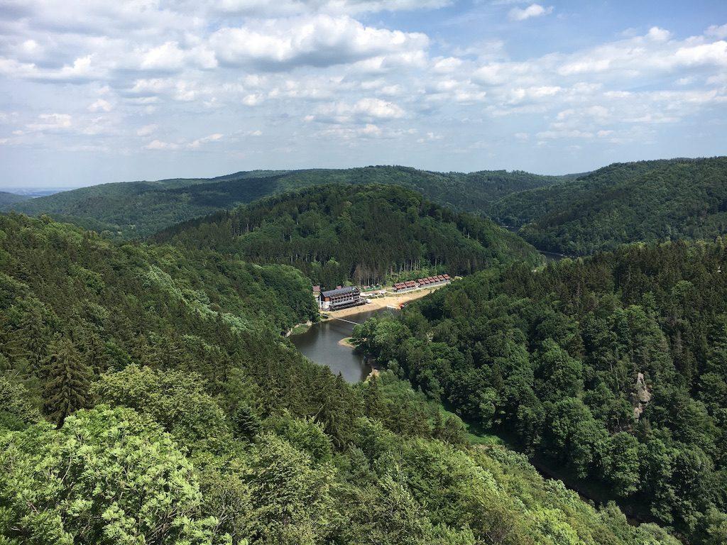 Blick vom Burgturm zur rechten das Eulengebirge, zur linken das Waldenburger Bergland
