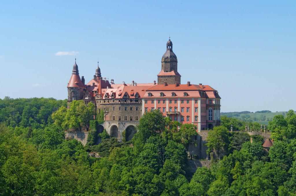 Das Schloss Fürstenstein (Zamek Książ) in Waldenburg (Wałbrzych) befindet sich in den Ausläufern des Waldenburger Vorgebirges