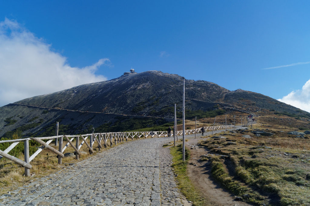 Schneekoppe (polnisch Śnieżka) 1603 m über dem Meeresspiegel – Der höchste Gipfel des Riesengebirges und der gesamten Sudeten