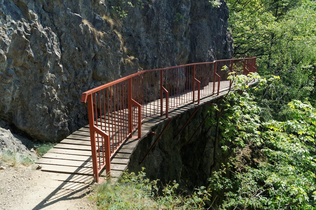 Zwischen dem (neuen) Schloss und dem alten führt ein Weg entlang der Schlucht durch die Brücken