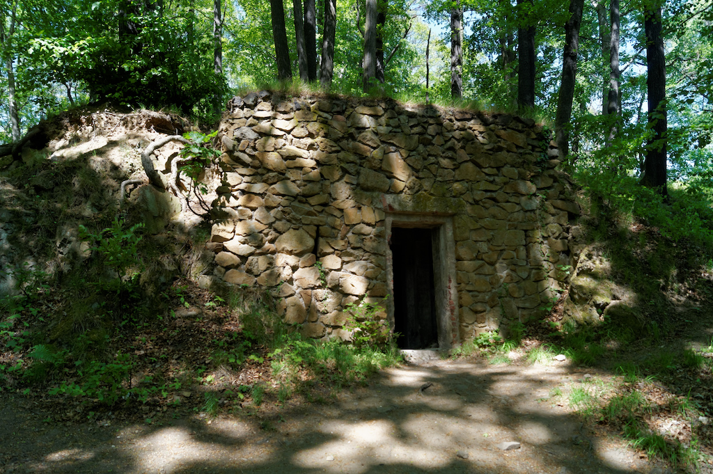 Am Wassergraben befinden sich noch Überreste herrschaftlicher Räumlichkeiten aus der damaligen Zeit