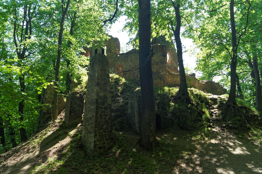 In den Ruinen der alten Burg sehen Sie die Säulen, die die alten Holzgebäude stützten