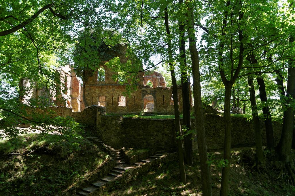 Vor dem Eingang der Burg befindet sich ein Überrest eines ehemaligen, in den Felsen gehauenen Trockengrabens