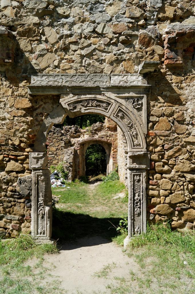 Erhaltenes Renaissance-Portal, das ursprünglich im Palast in Trzebień installiert war und von dort nach dem alten Fürstenstein verlegt wurde