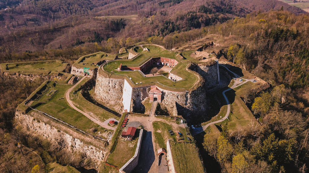 Festung Silberberg (Srebrna Góra), der das Eulengebirge von dem Warthagebirge trennt - Foto: Michał Jabłoński