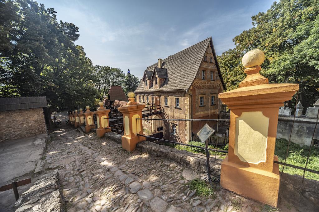 Aussicht auf den unteren Burghof und dem Torhaus – Foto: Adrian Sitko
