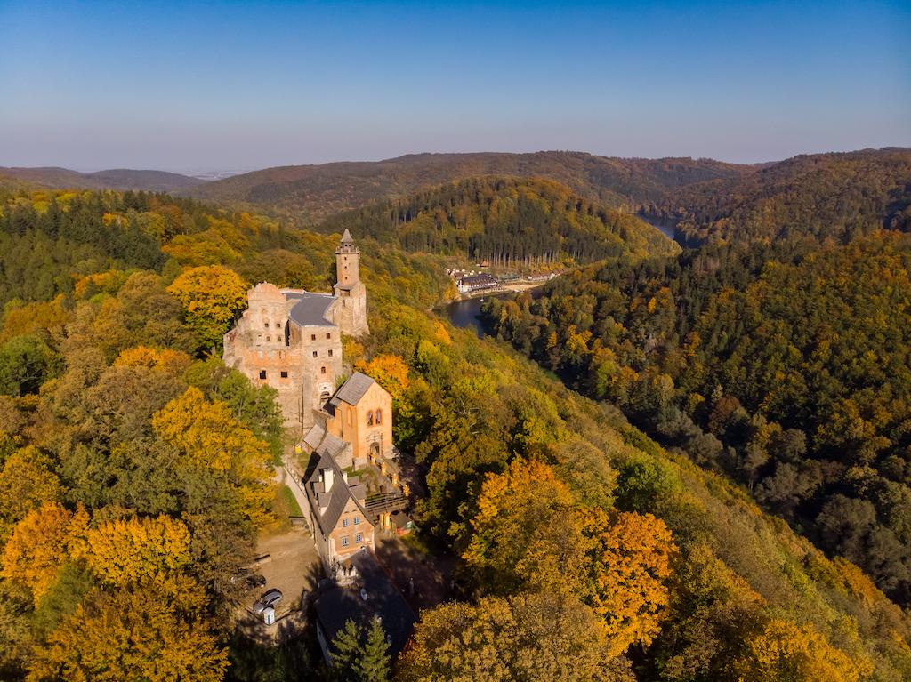 Kynsburg (heute Zamek Grodno) in Kynau (heute Zagórze Śląskie), Anblick aus der Vogelperspektive – Foto: Marcin Jagiellicz (LOT Aglomeracji Wałbrzyskiej)